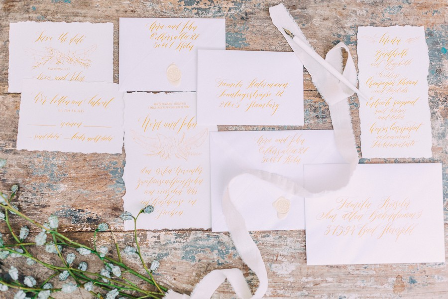 Hochzeitspapeterie in Weiß und Gold mit Kalligrafie