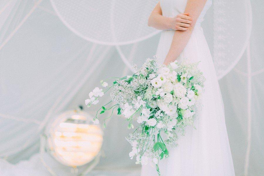 Ein Brautstrauss ganz in Weiß mit Schleierkraut