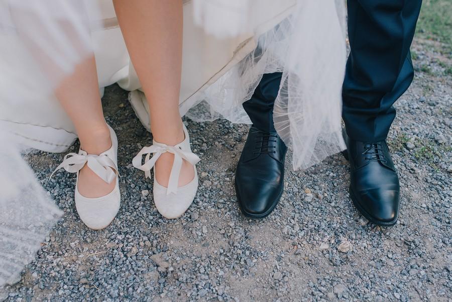 Flache Brautschuhe mit Schleife zum Vintage Brautkleid