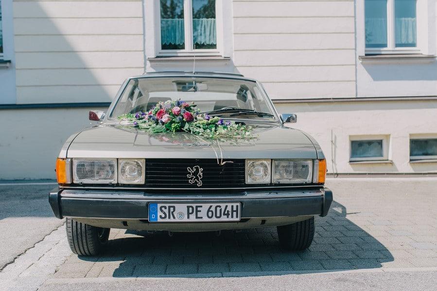 Oldtimer von Peugeot als Brautauto zur Vintage-Hochzeit