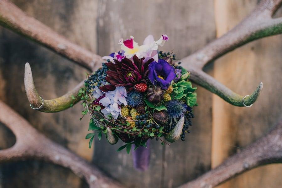 Brautstrauß zur Vintage-Hochzeit in Purple, Lila, und Rot mit bunten Blumen