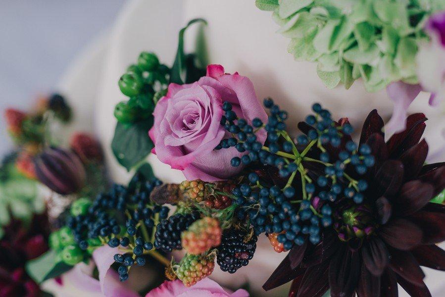 Hochzeitstorte zur Vintage-Hochzeit in Purple, Lila, und Rot mit bunten Blumen