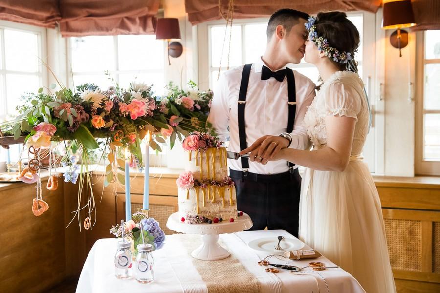 Brautpaar an einer bayerischen Boho-Tafel