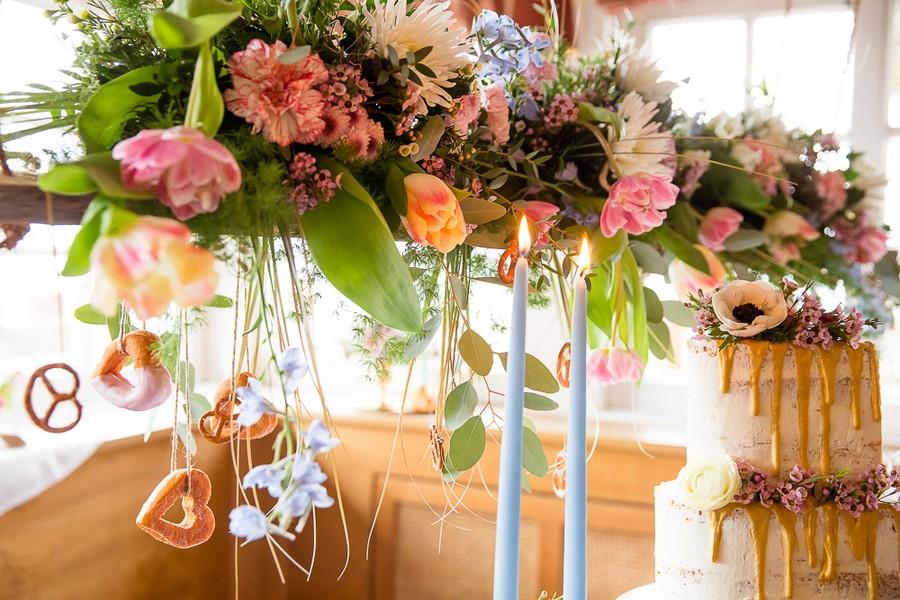Hängender Boho-Blumenschmuck für eine Hochzeitstafel