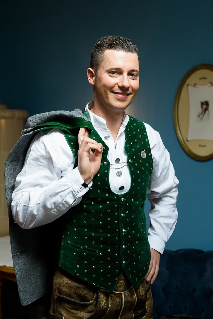 Bräutigam in bayerischer Tracht mit grüner Samtweste