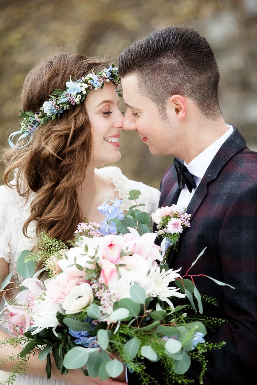 Boho Braut mit Bräutigam in Retro-Anzug