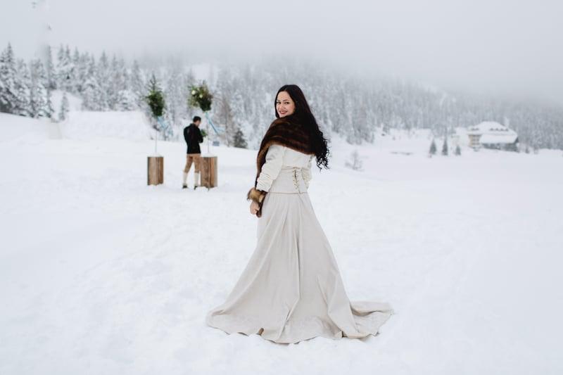 Brautkleid für den Winter mit Schleppe