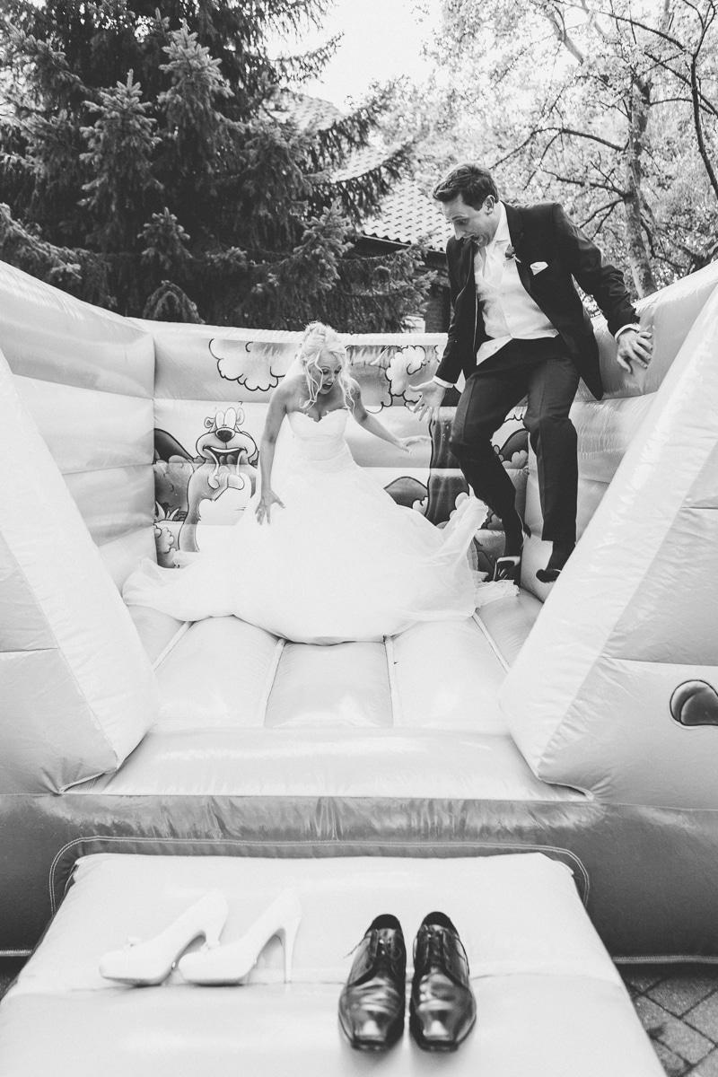 Brautpaar auf einer Hüpfburg