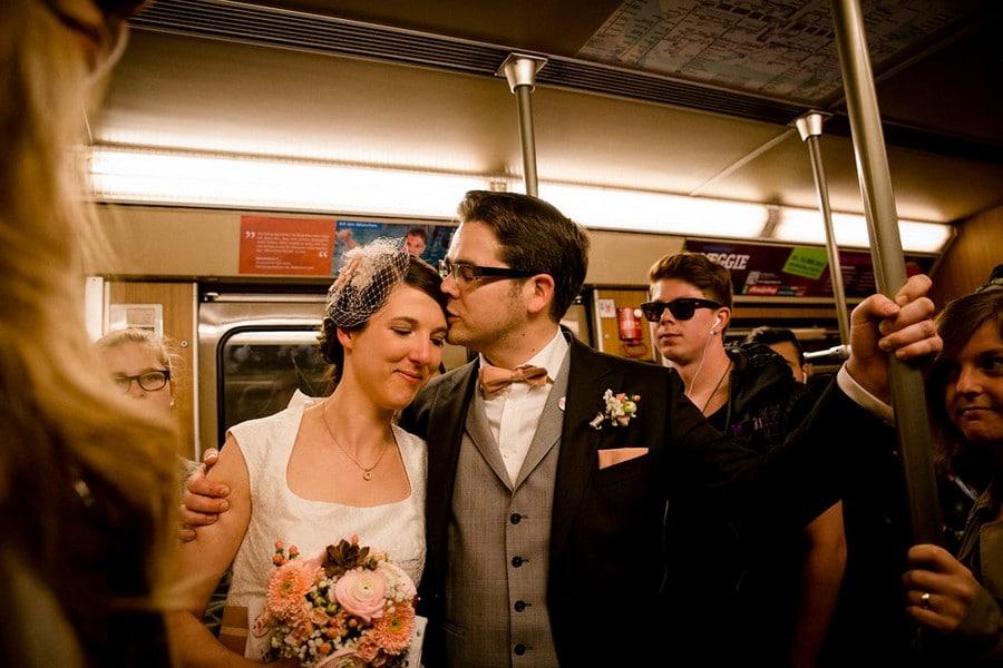 Urbane Hochzeit Im Stil Der 60er Mit First Look In Der U-Bahn