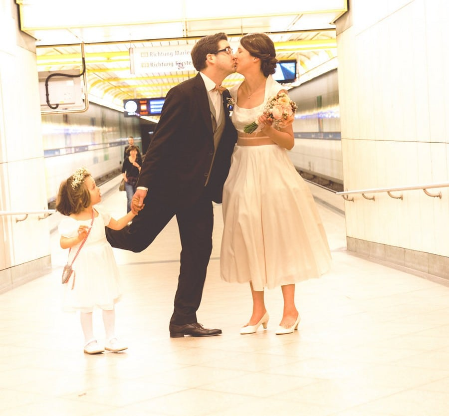 Brautpaar in der U-Bahn