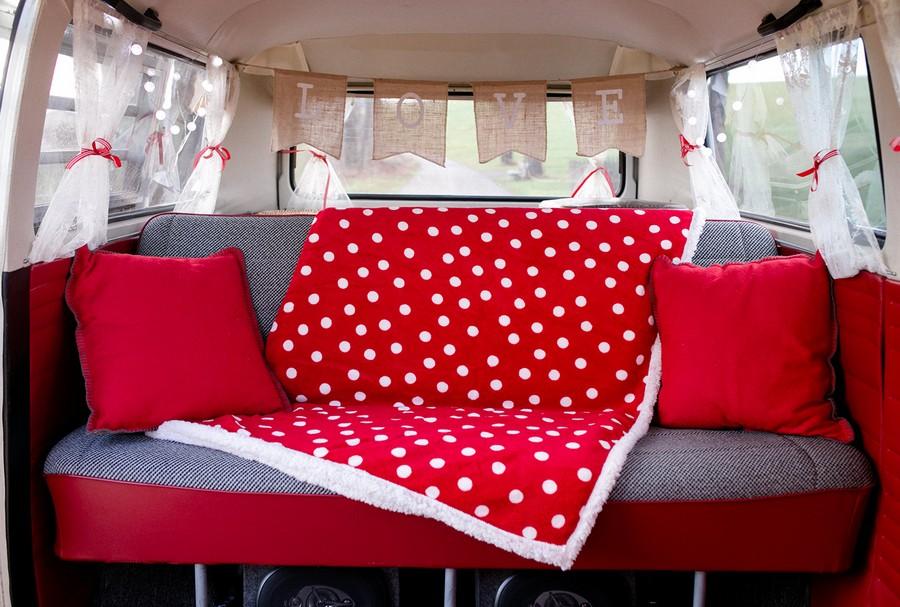 Der rote VW Bulli ist in München und Bayern als mobile Photobooth unterwegs - die Foto Rosi kann für Hochzeiten gemietet werden