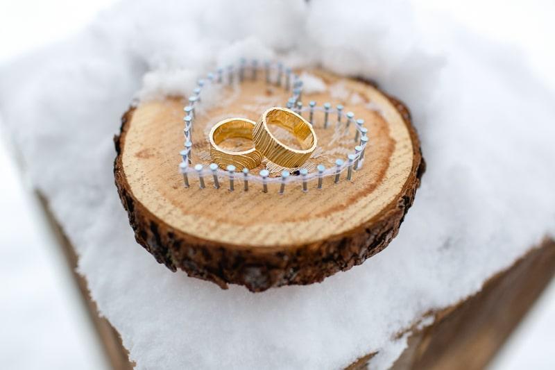 Ringkissen aus Nägeln und mit Holzscheibe