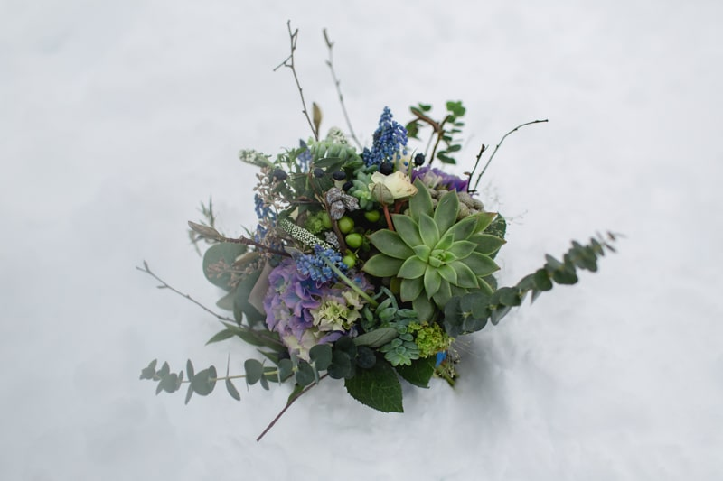 Natürlicher Boho-Brautstrauss in Blau und Violett mit Sukkulenten