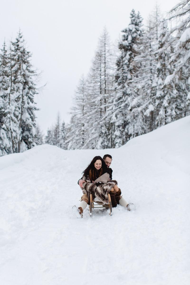 Brautpaar beim Schlittenfahren