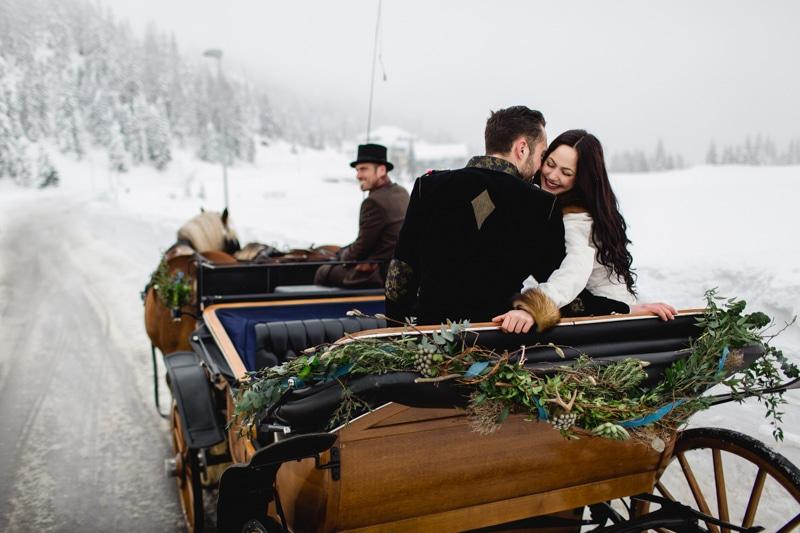 Brautpaar bei einer Kutschfahrt im Winter in Österreich