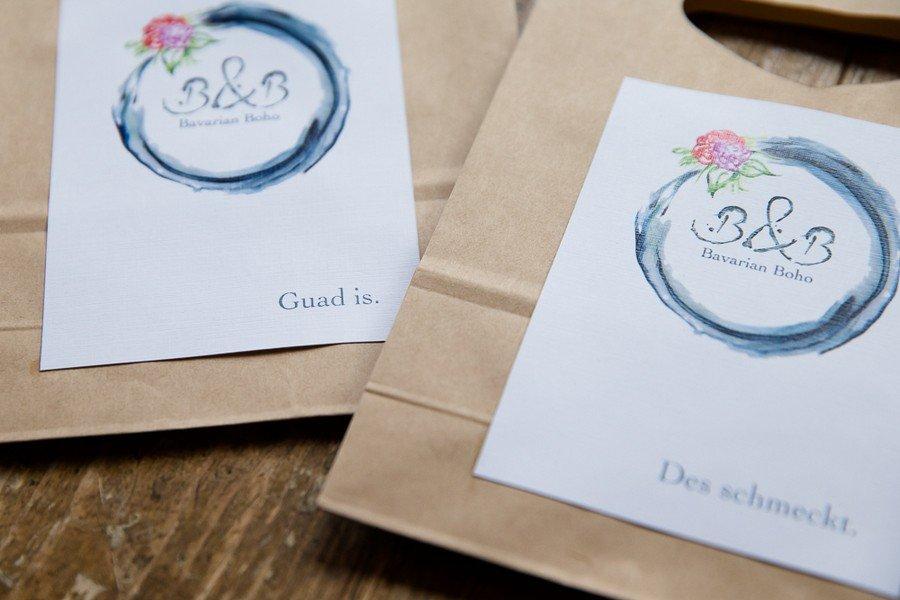 Hochzeitspapeterie mit Wasserfarben und Kraftpapier