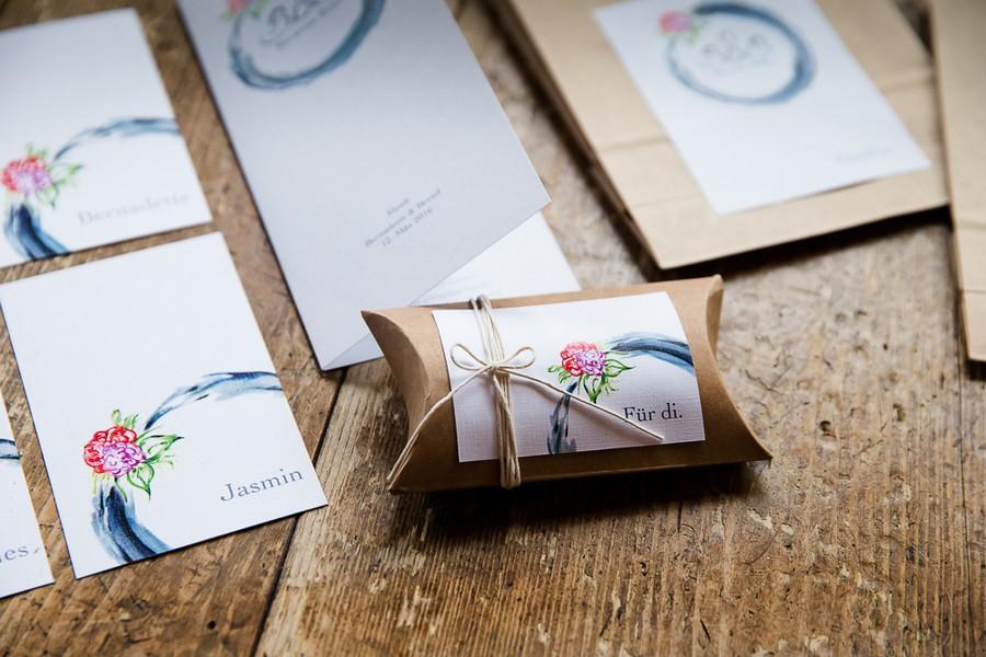 Gastgeschenk in Kraftpapier mit Wasserfarben Papeterie