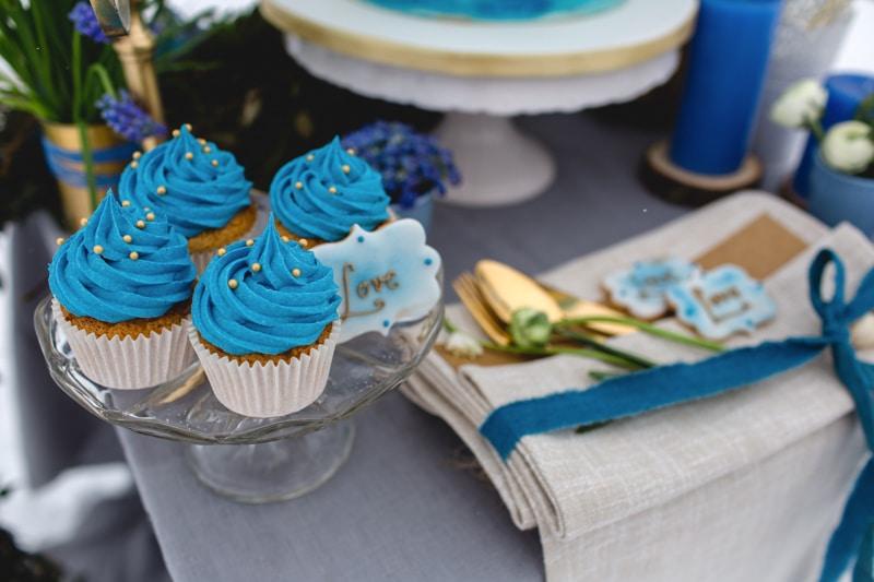 Zauberhafter Brauttisch im Winter in Blau, Gold und Weiß