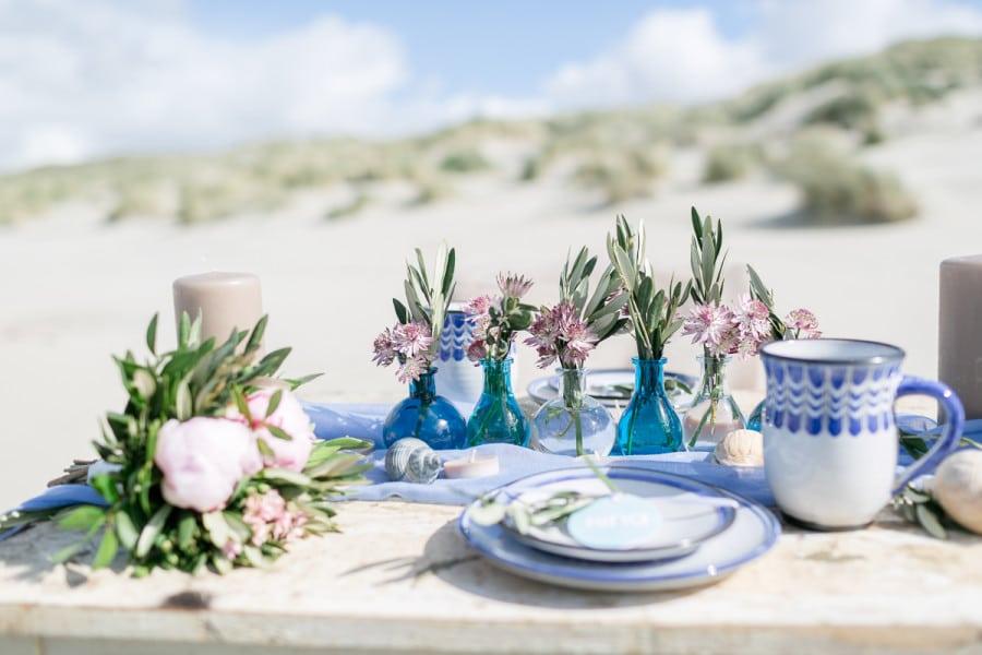 Maritimes Hochzeitsgedeck bei Fotoshooting nach der Hochzeit (After Wedding Shooting) am Strand auf der Nordseeinsel Juist