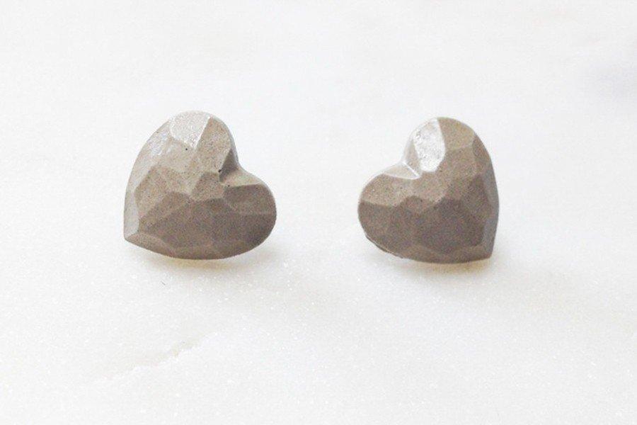 Brautschmuck aus Beton: Ohrstecker in Herzform