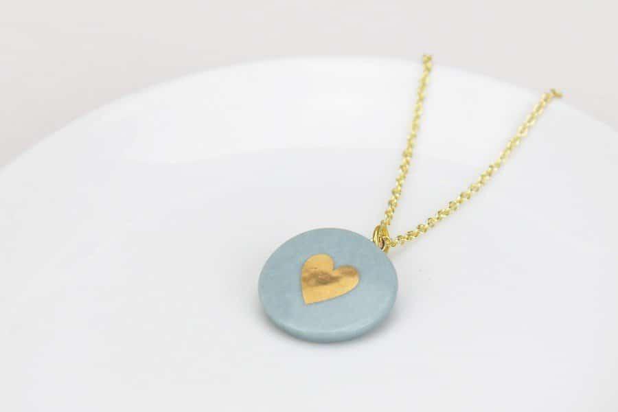 Brautschmuck aus Porzellan: Ohrhänger in Blau mit Herz aus Gold