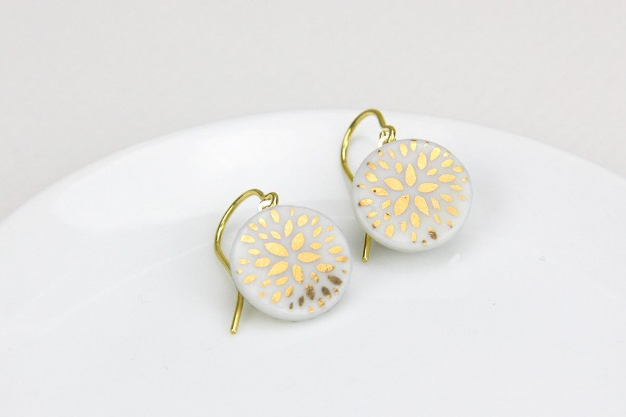 Brautschmuck aus Porzellan: Ohrhänger in Weiß mit Blütenmuster