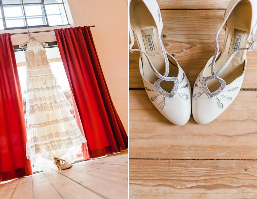 Gypsy-Brautkleid in mehreren Spitzenlagen von La Sposa und Brautschuhe im 20er Jahre Stil