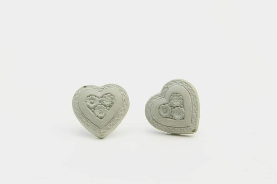 Brautschmuck aus Beton: Ohrstecker mit Herzchen