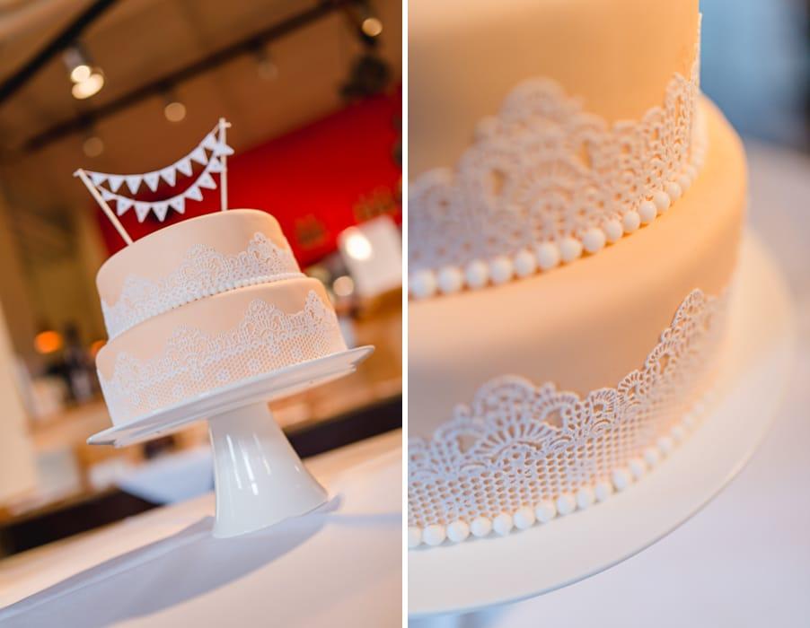 Kleine Anschneidetorte bei einer Hochzeit in zartem Pfirsich mit Spitze