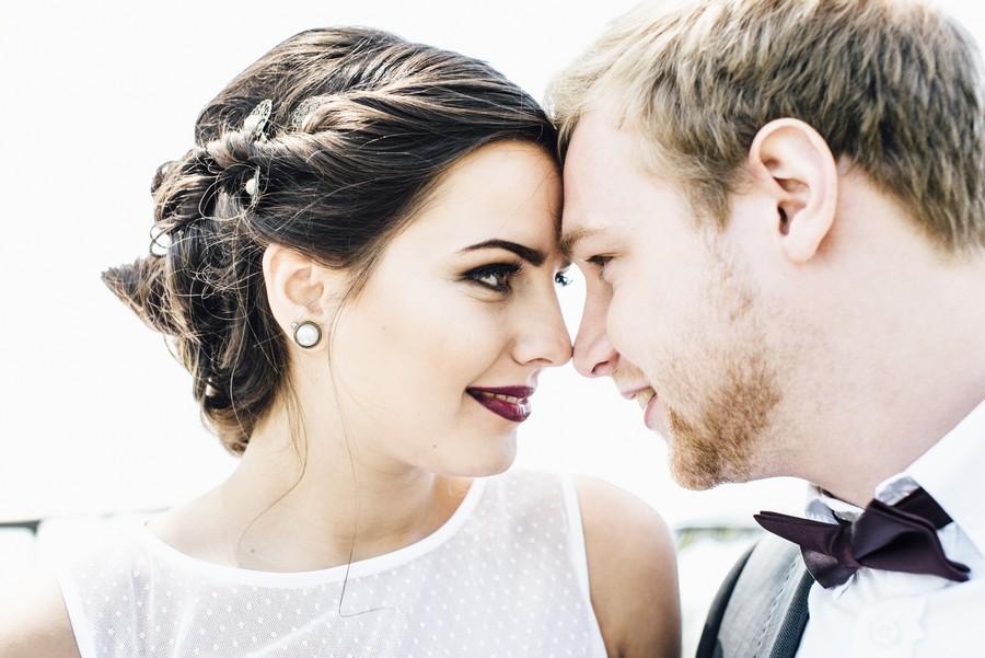 Inspiration für eine Hochzeit im Vintage-Stil der 20er Jahre in den Farben Pflaume, Lila, Rot und Mint