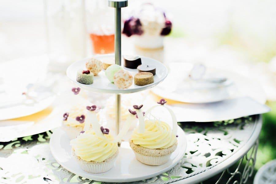 Sweet Table für eine Hochzeit im Vintage-Stil der 20er Jahre in den Farben Pflaume, Lila, Rot und Mint