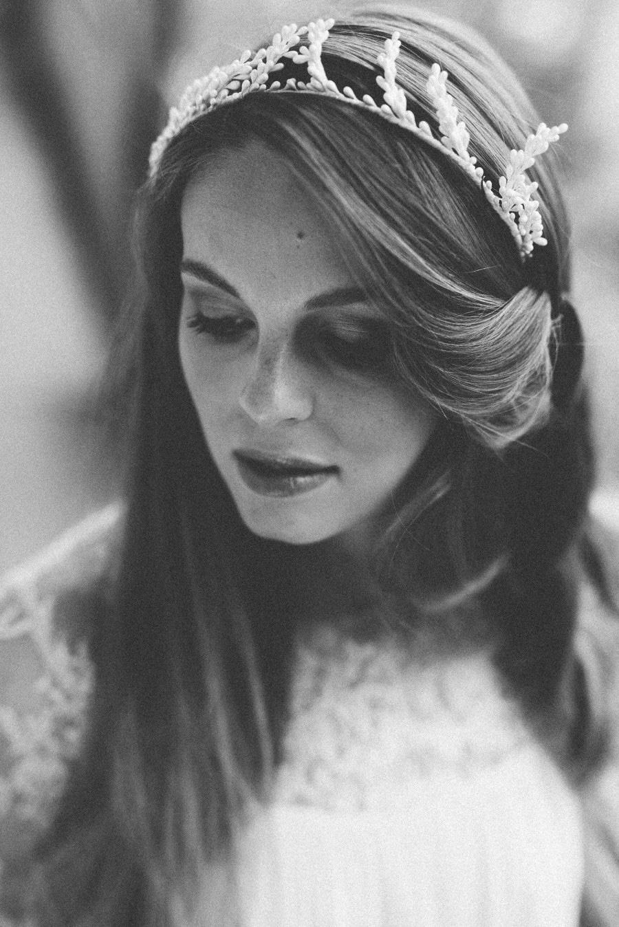 Brautfrisur für lange Haare, offen oder zum Hochstecken, mit edlen Haarschmuck-Accessoires aus Perlen und Blüten von Blackbirdspearl - bei elfenkleid in München