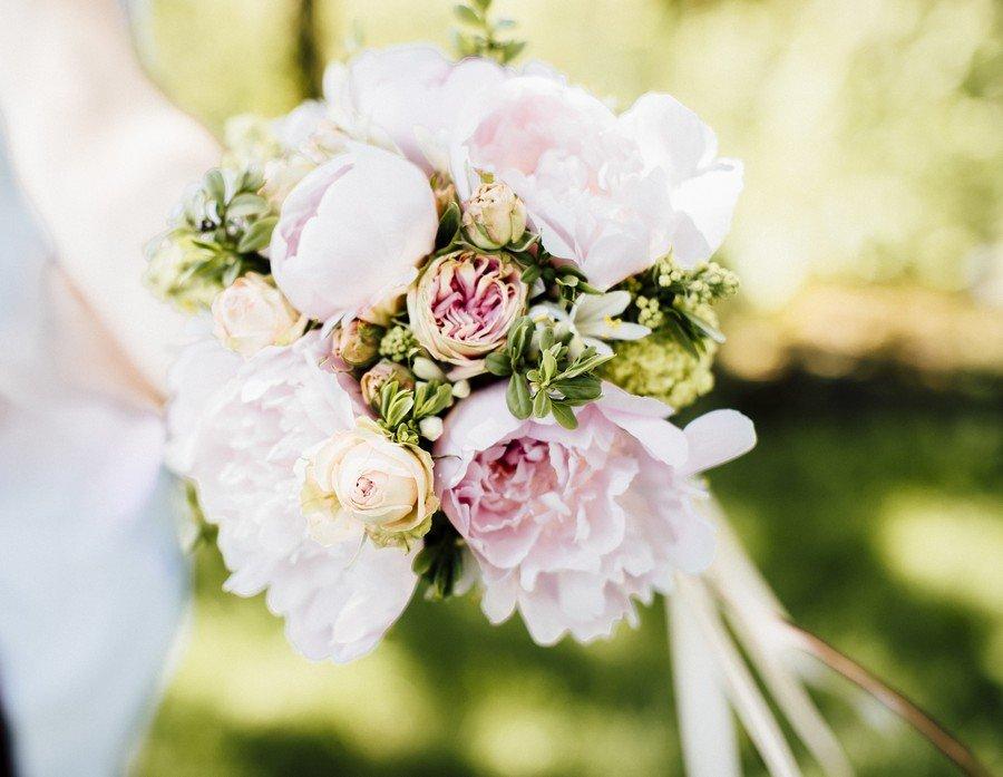 Kleiner Brautstrauß mit rosa Pfingstrosen und Satinbändern