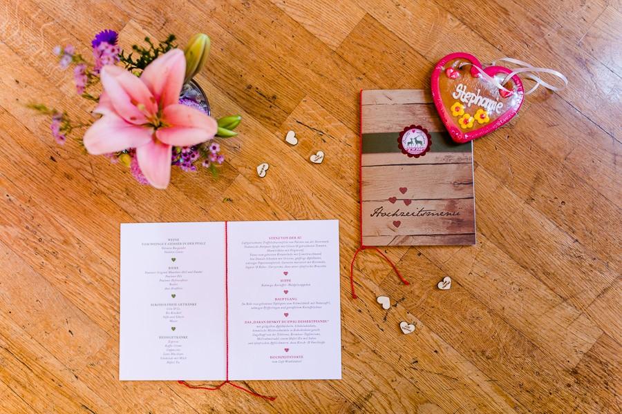 Hochzeitsmenü im bayerischen Stil mit Hirsch-Logo und Holzleiste