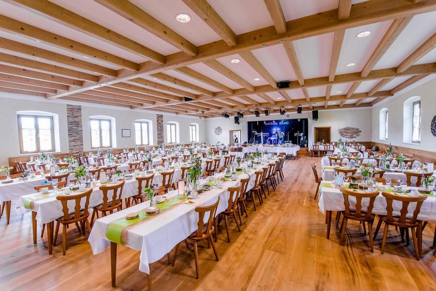 Festsaal dekoriert für eine Hochzeit im Burggasthof Neurandsberg
