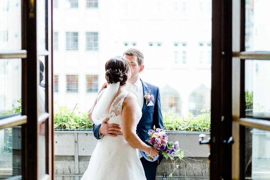 Brautpaar auf dem Balkon des Münchner Rathauses