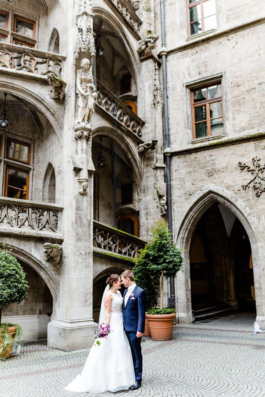 Brautpaar Fotos im Innenhof des Münchner Rathauses