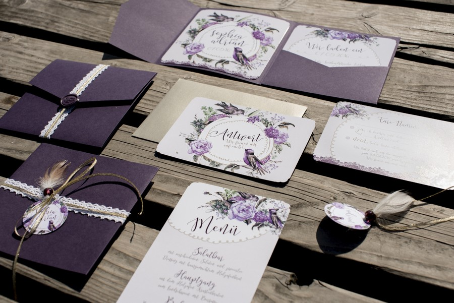 Hochzeitspapeterie mit Einladung und Menü im Vintage-Stil mit Blumenkranz in Lila und Pflaume