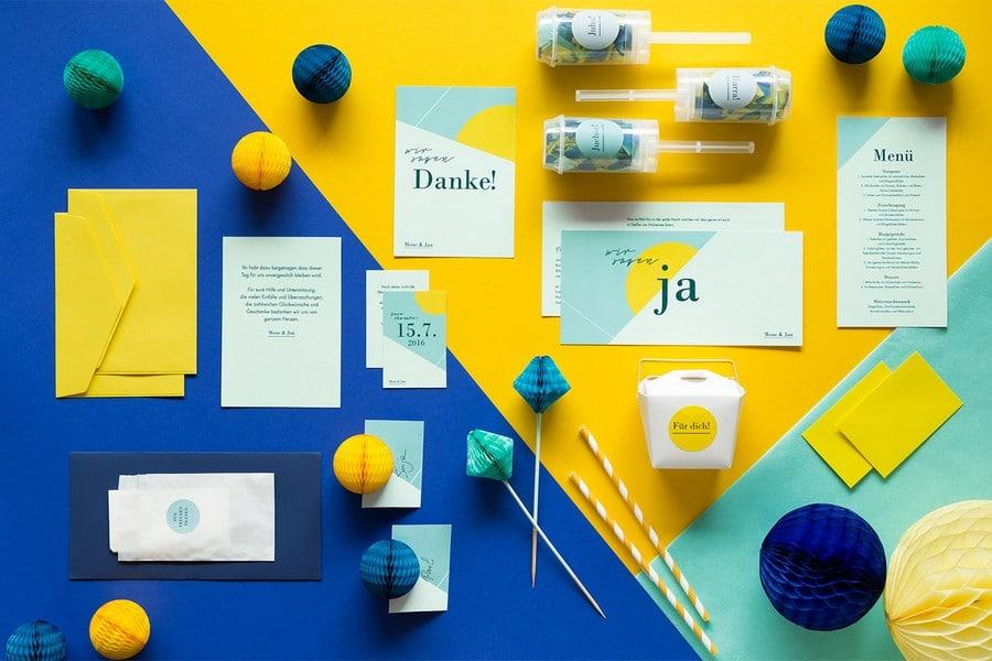 Hochzeits-Einladung, Dankeskarte und weitere Papeterie im Set im Retro-Look in Blau, Türkis und Gelb von Studio Colada aus München
