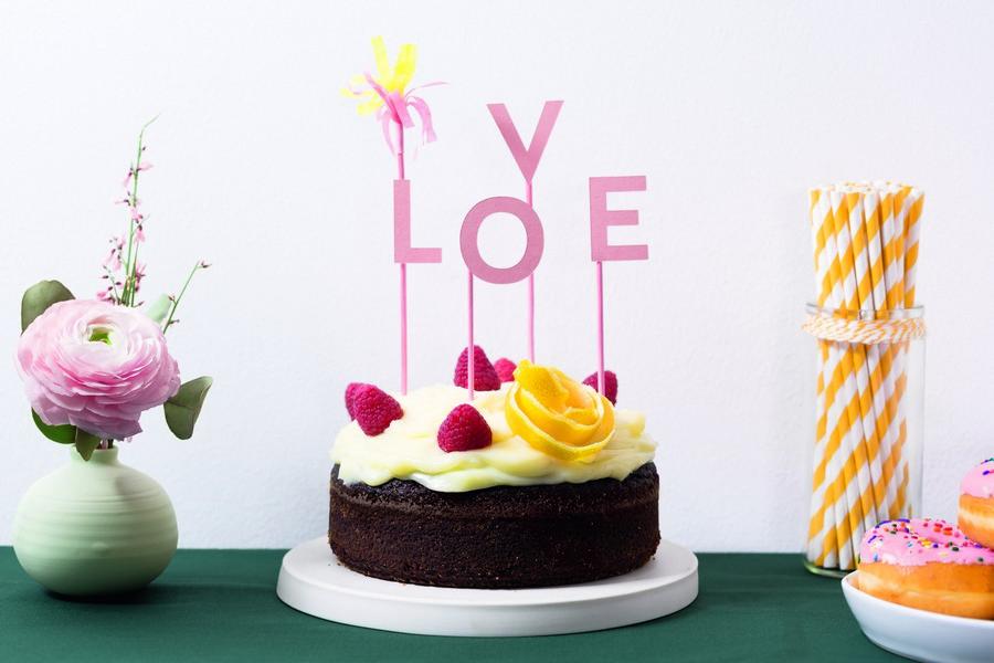 """Hochzeits-Caketopper mit Buchstaben """"Love"""" und passende Papeterie und Deko im Set Rosa, Gelb und Weiß von Studio Colada aus München"""