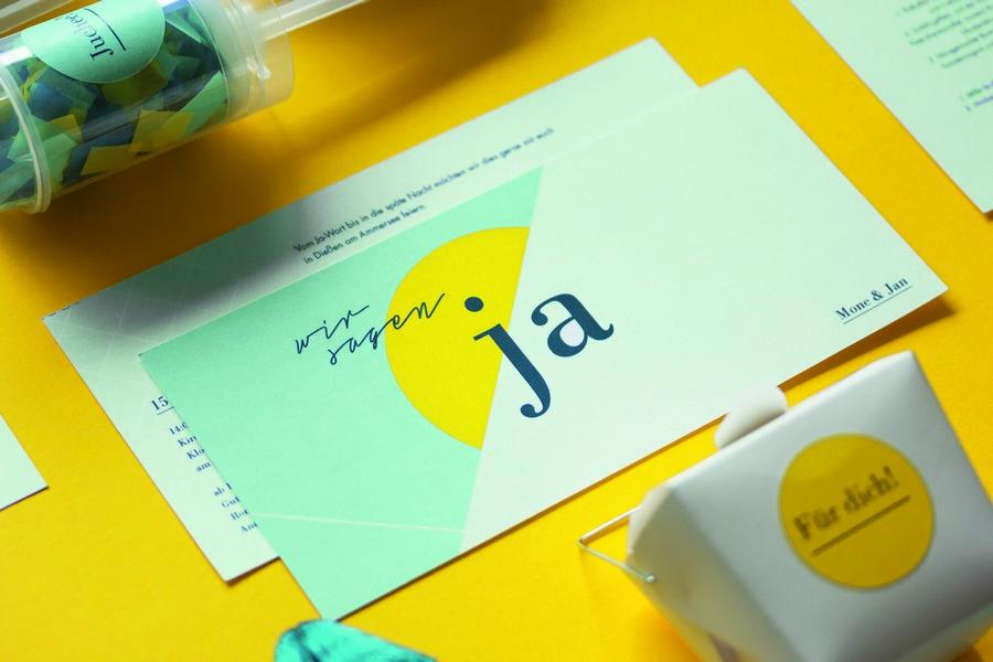 Hochzeits-Einladung und passende Papeterie und Deko im Set in Blau, Türkis und Gelb von Studio Colada aus München