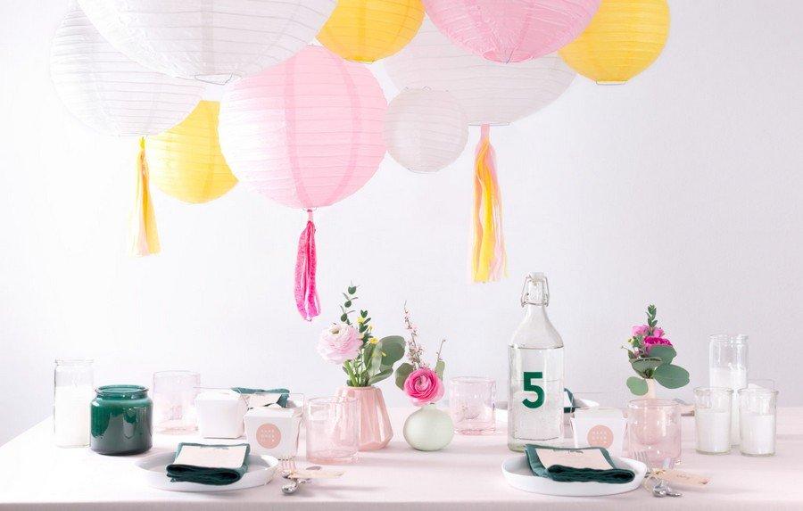 Hochzeits-Tischdeko und passende Papeterie im Vintage-Design. Set in Rosa, Gelb und Weiß von Studio Colada aus München