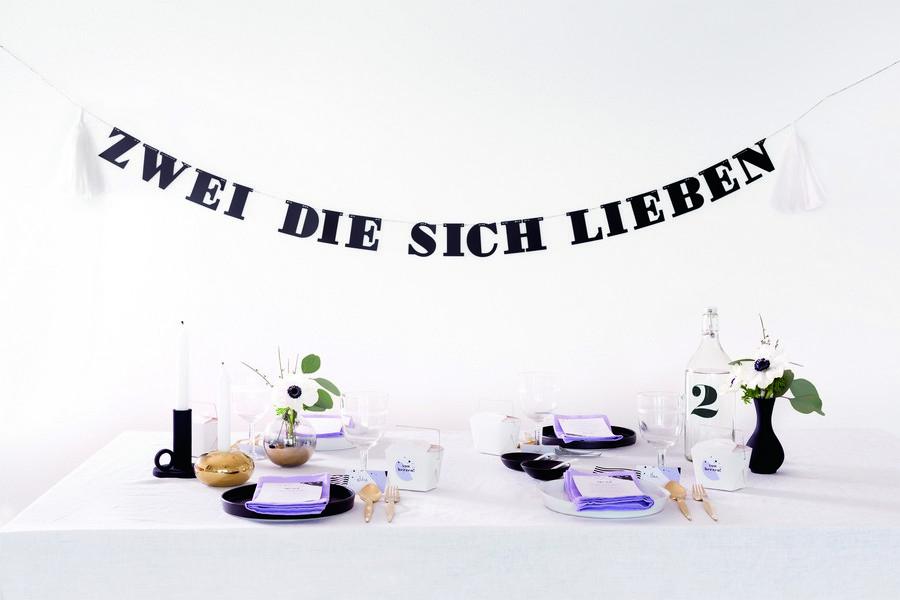 """Buchstaben-Girlande mit Spruch """"Zwei die sich lieben"""" und passende Deko und Papeterie im Set im Retro-Look in schwarz-weiß von Studio Colada aus München"""