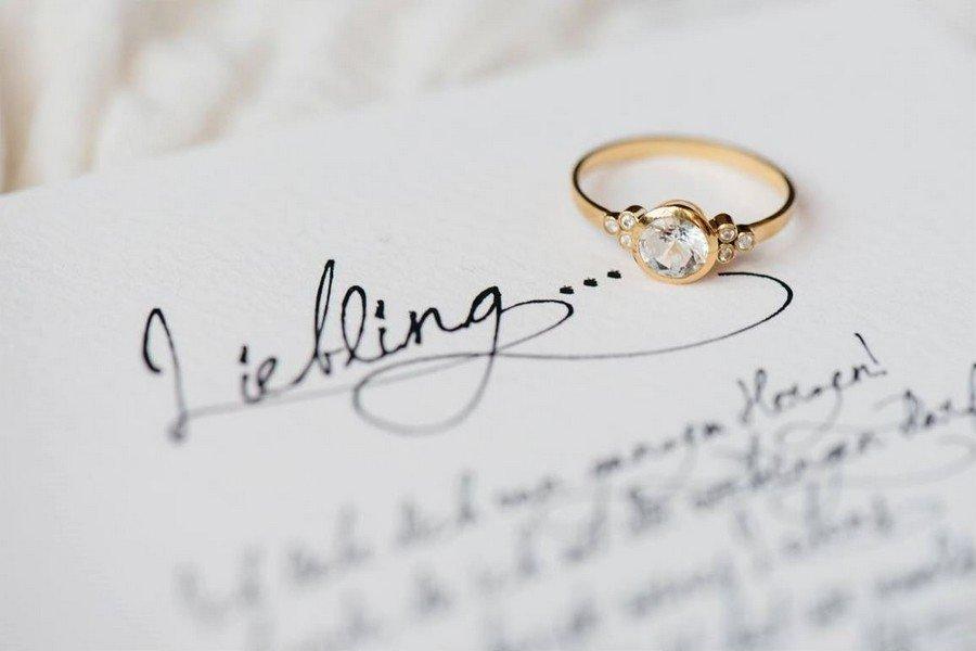 Verlobungsring im Vintage-Design mit Solitär und flankierenden Diamanten aus Gold von Nathalie Bleyer Goldschmiedin in Wien