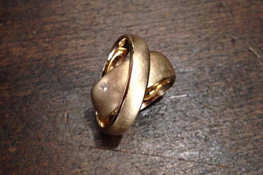 Breite Trauringe, Eheringe aus Gold mit kleinem Brilli von der Goldschmiede Form und Wert in Nürnberg