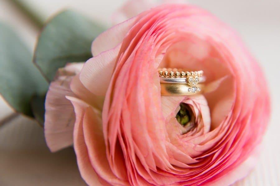 Kombi aus Ansteckring mit Kügelchen in Gold, Verlobungsring aus Weißgold/Platin mit Herz aus Diamanten und Ehring mit drei kleinen Diamanten von Goldschmiedin Judith Lorenz (Skusa Schmuckgeschichten) aus München