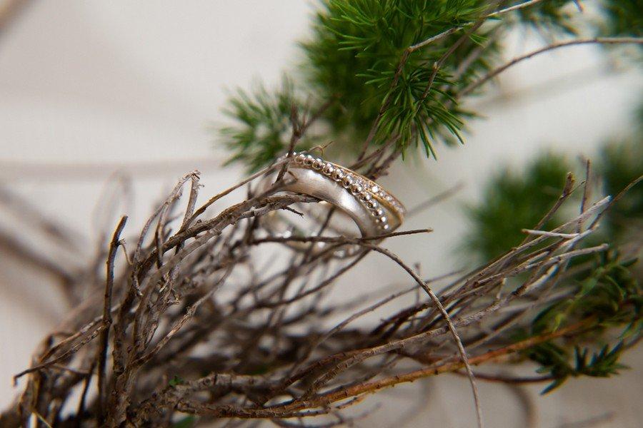 Trauring aus Weißgold und Platin mit Kügelchen-Ansteckring aus Gold und klassischem Memoire-Ring mit Diamanten aus Gold von Goldschmiedin Judith Lorenz (Skusa Schmuckgeschichten) aus München