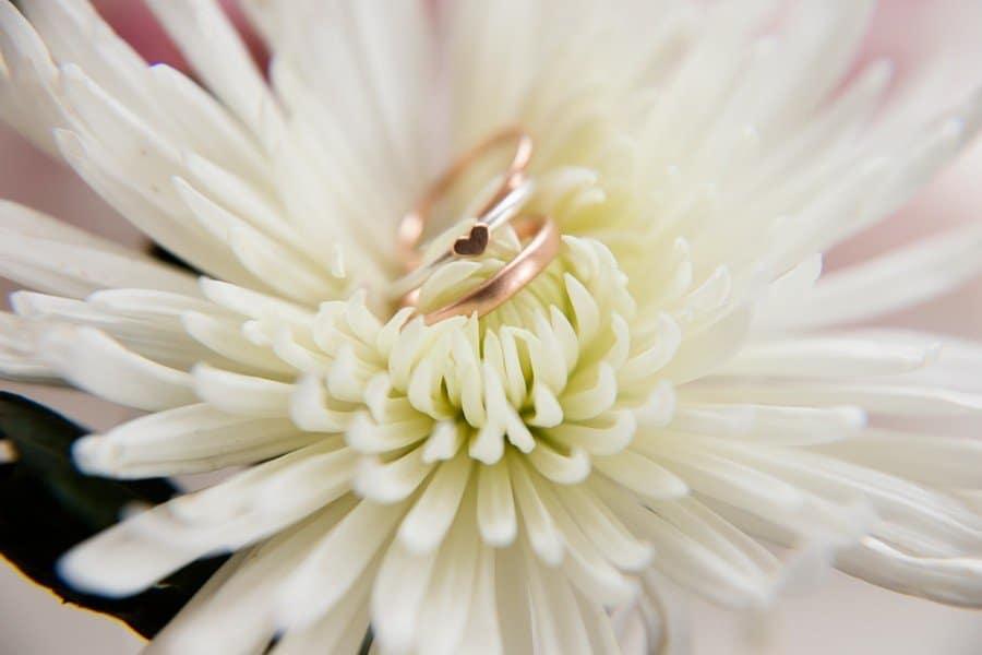 Moderne Eheringe aus Rosegold und Weißgold mit Verlobungsring mit Herz von Goldschmiedin Judith Lorenz (Skusa Schmuckgeschichten) aus München