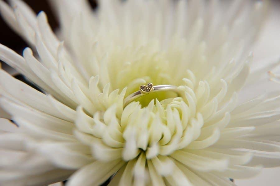 Zauberhafter moderner Verlobungsring einer Kombination von Gold und Weißgold/Platin mit kleinem Herz von Goldschmiedin Judith Lorenz (Skusa Schmuckgeschichten) aus München