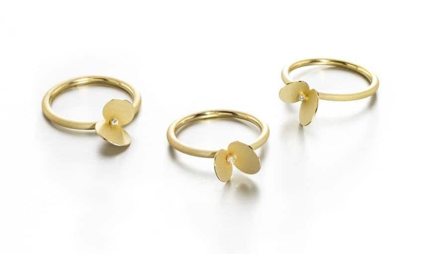 Verlobungsring im modernen Design in Gold und mit stilisierten Blütenblättern von Johanna Otto Goldschmiedin München